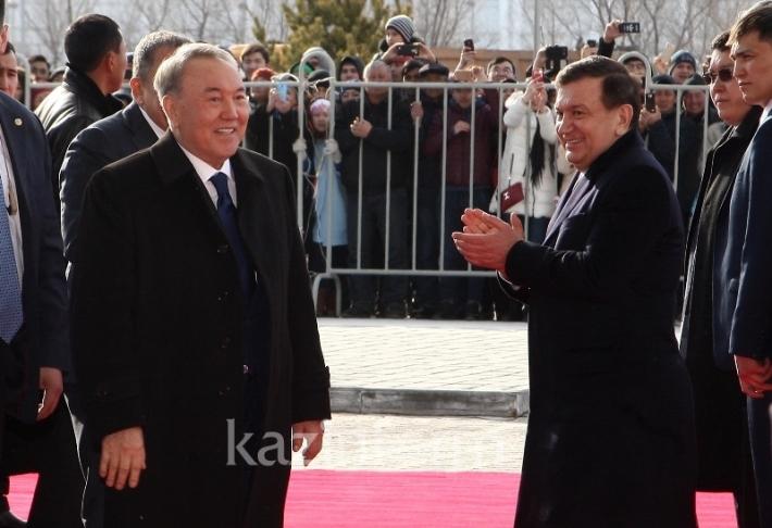 Назарбаев и Мирзиеев прогулялись по «MEGA Silk Way»