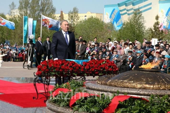 Глава государства Нурсултан Назарбаев возложил цветы к Вечному огню