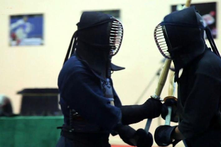 """日本剑客在""""哈萨克斯坦剑道俱乐部""""展示剑道技巧"""