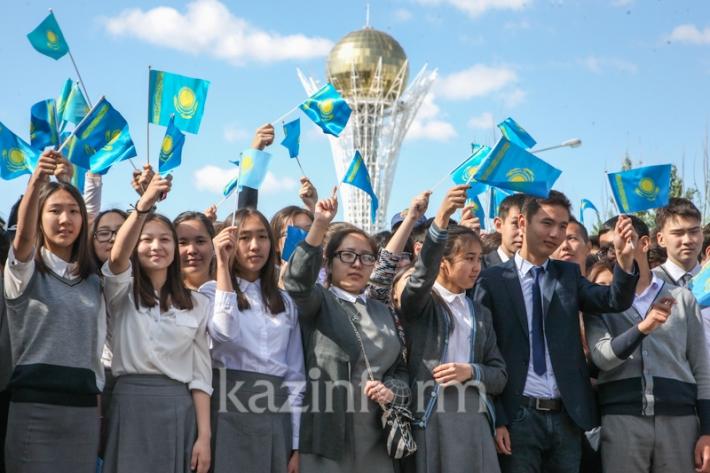 Последний звонок прозвенел сегодня во всех школах Казахстана
