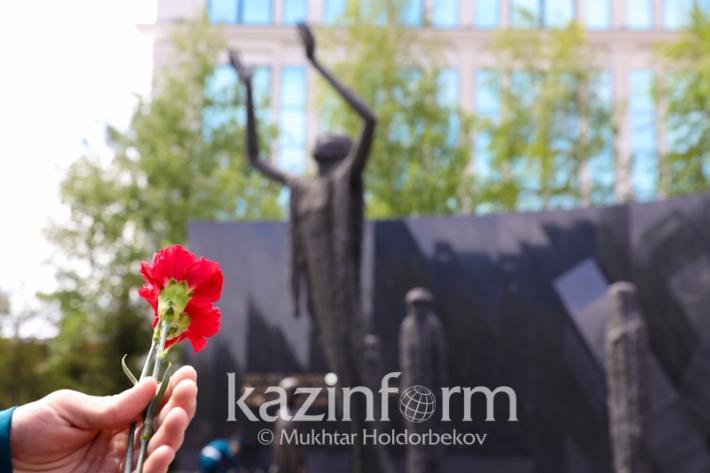 阿斯塔纳为政治迫害和大饥荒受害者举行献花仪式