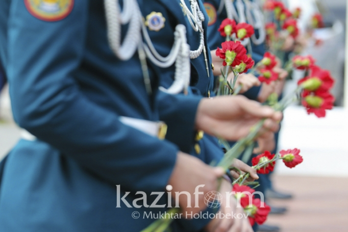 Flowers laid at Memorial in Astana on the Day of Remembrance of the Political Repressions Victims