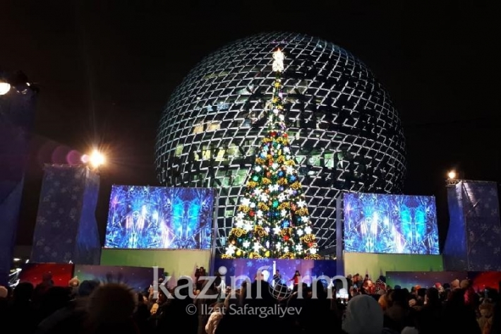 На территории выставки ЭКСПО-2017 прошла церемония зажжения главной новогодней ёлки страны